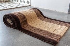 Futó méterben beige görög minta (bézs barna) Gumis aljal 80cm széles minöségi szőnyeg