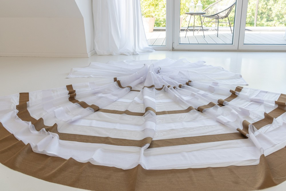Kész Jacquard fehér alapon dark barna 500x250cm függöny