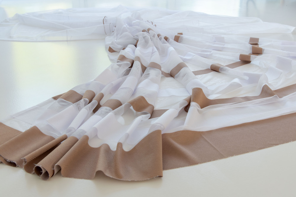 Kész Jacquard fehér alapon barna csíkos 500x200cm függöny
